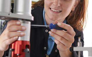 Kvinne som reparerer graveringsmaskin